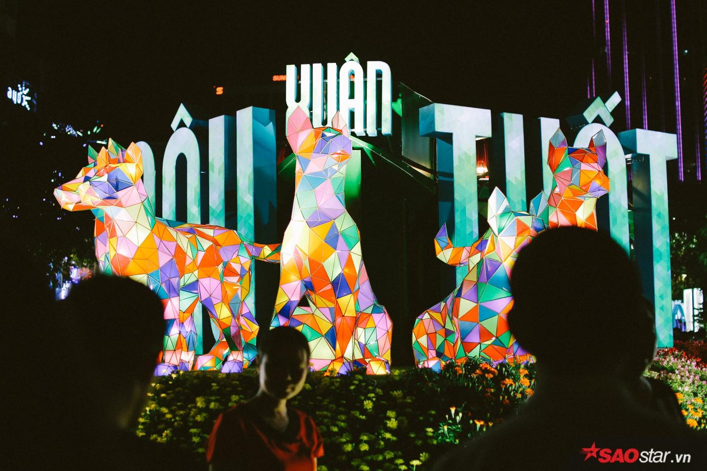 Các mô hình, tiểu cảnh ở đường hoa Nguyễn Huệ lấp lánh đủ màu sắc ánh sáng trong đêm.