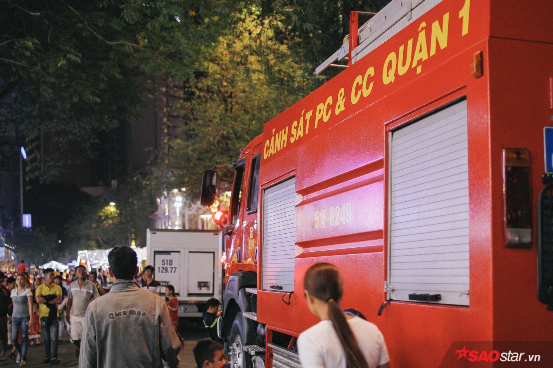 Xe cứu hỏa túc trực ở các con đường xung quanh nhằm đề phòng bất trắc.