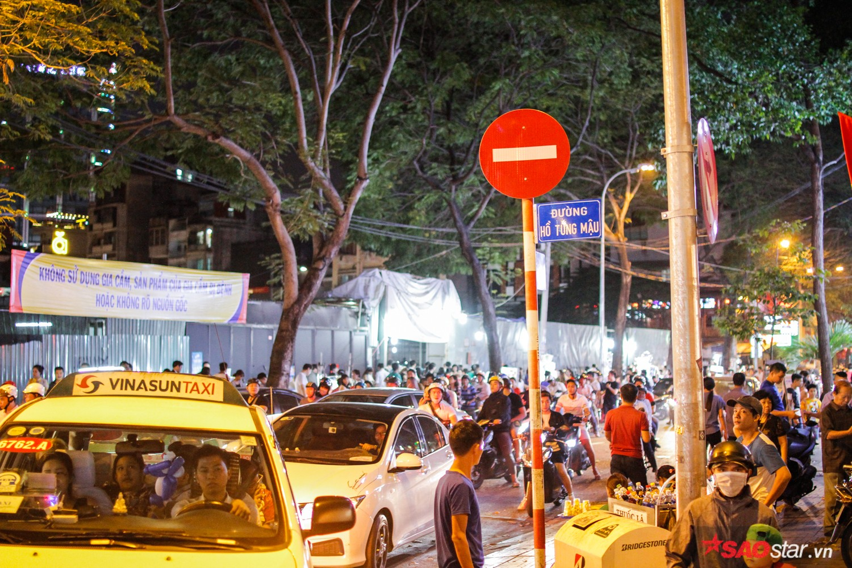 Các tuyến đường khu vực xung quanh đường hoa Nguyễn Huệ đều bị cấm lưu thông trong đêm khai mạc để tránh ùn tắc. Tuy vậy, lượng người đổ về quá đông khiến giao thông rối ren.