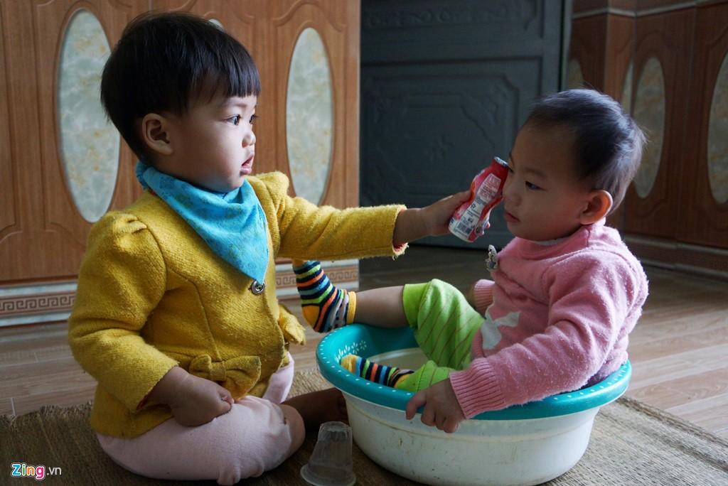 Bé Linh Anh đùa nghịch với bạn bè. Ảnh: Nguyễn Dương.