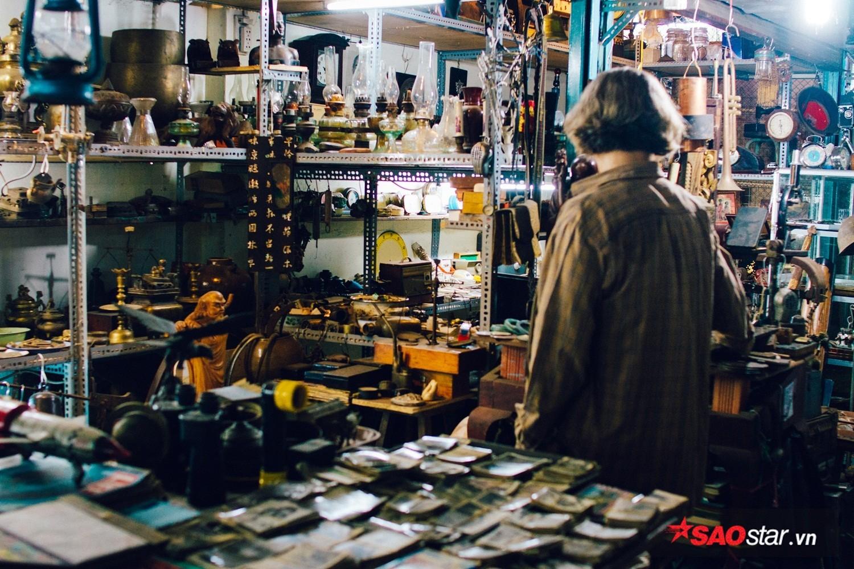 Với nhiều người, cảm giác thích nhất khi vào chợ Dân Sinh là được bàn chuyện về một món hàng nhiều tuổi với người bán, còn được nghe miễn phí vài bản nhạc cũ từ cát-xét đời cũ.