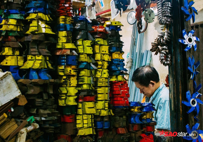 Hiện nay, chợ chỉ còn trên dưới 10 cửa hàng đồ cũ. Vì số lượng khách giảm dần, nhiều tiểu thương đành phải chuyển sang buôn bán các vật liệu cơ khí, xây dựng,…