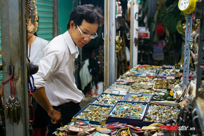 Mỗi ngày, vẫn có nhiều khách du lịch, Việt kiều và những người đam mê đồ cũ thường xuyên ghé qua khu chợ để tìm kiếm món đồ ưng ý.