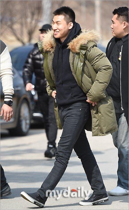 Daesung (BigBang) cười rạng rỡ, cúi đầu chào fan trước khi bước vào doanh trại