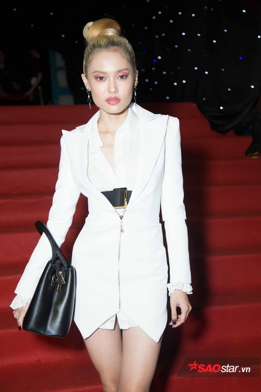 Cùng ý tưởng diện vest trắng và túi đen còn có Fung La, Tuy nhiên, cô nàng lại lựa chọn áo vest dạng váy nhằm khoe trọn đôi chân.