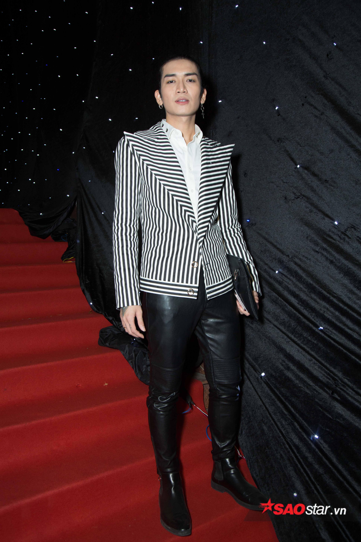 Áo vest kẻ sọc cùng quần da đem lại cho BB Trần vẻ nam tính, thời thượng.
