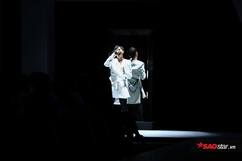 Bên cạnh đó, đêm diễn thứ 2 của VIFW còn ghi dấu với sự xuất hiện của các ca sĩ trong vị trí first face hay vedette.
