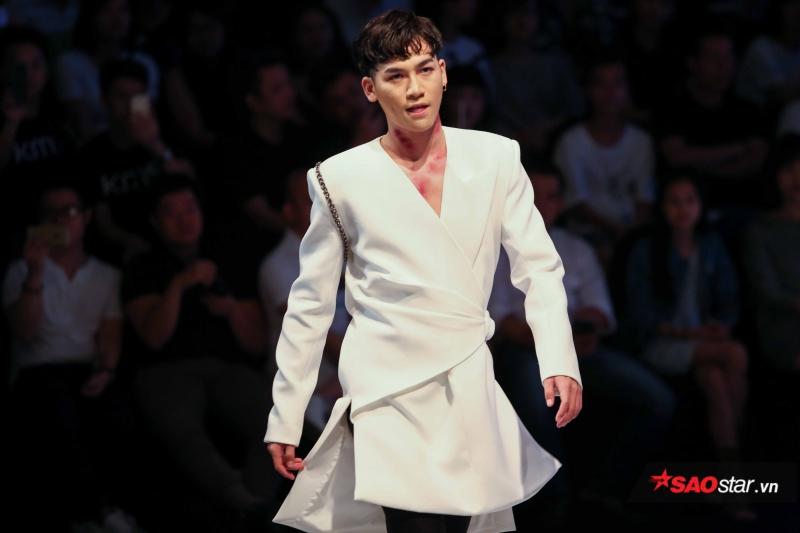 Đảm nhận vị trí mở màn cho NTK Nguyễn Tiến Truyển, Ali Hoàng Dương thể hiện những bước catwalk cực chuẩn cùng thần thái không hề thua kém người mẫu.