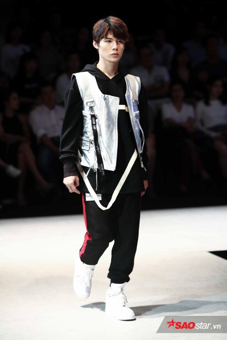 … thì Lục Huy tự tin sải bước trong bộ trang phục của NTK người Singapore, anh chàng mặc một thiết kế áo khoác ánh kim, phối cùng áo phông và giày cao cổ.