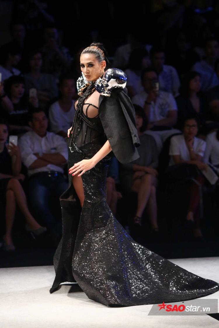 Trình diễn một thiết kế váy đuôi cá ôm sát, xẻ cao khó di chuyển, nếu không sở hữu kinh nghiệm trình diễn như Hoàng Yến thì ắt hẳn khó có người mẫu nào có thể làm được.
