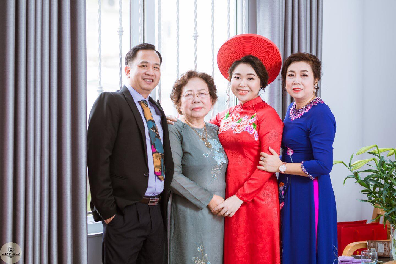 Cô dâu rạng rỡ bên gia đình trong ngày vui