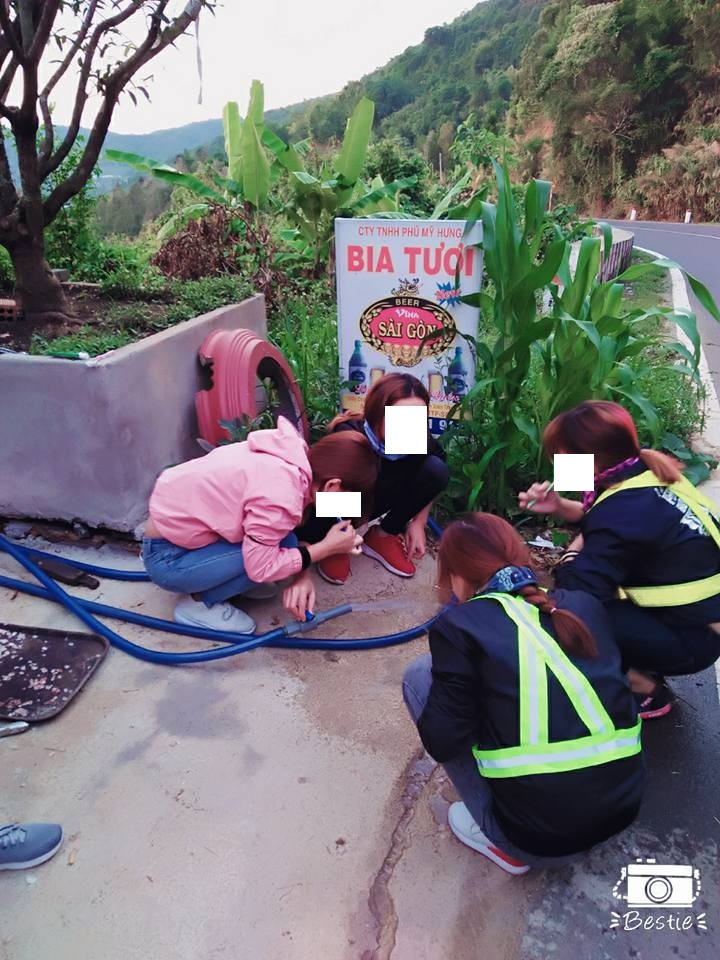 Các thành viên đánh răng súc miệng ngay tại quán nước bên đường