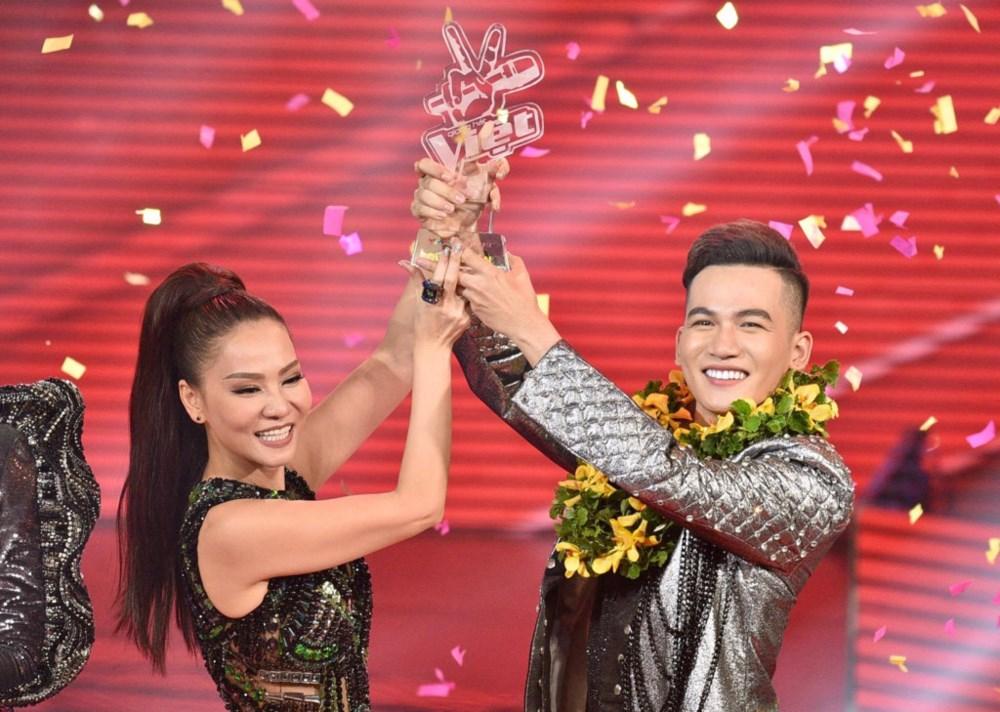 Ali Hoàng Dương cùng HLV Thu Minh giành ngôi vị quán quân The Voice 2017.