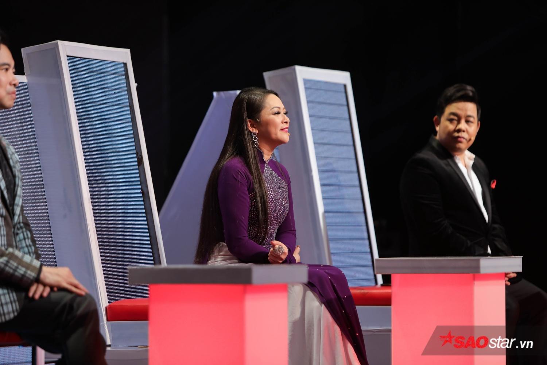 """HLV Như Quỳnh hứa với MC Quỳnh Chi trên sóng truyền hình: """"Chị sẽ gửi tặng cho Quỳnh Chi không chỉ áo dài mà còn có bộ đầm""""."""