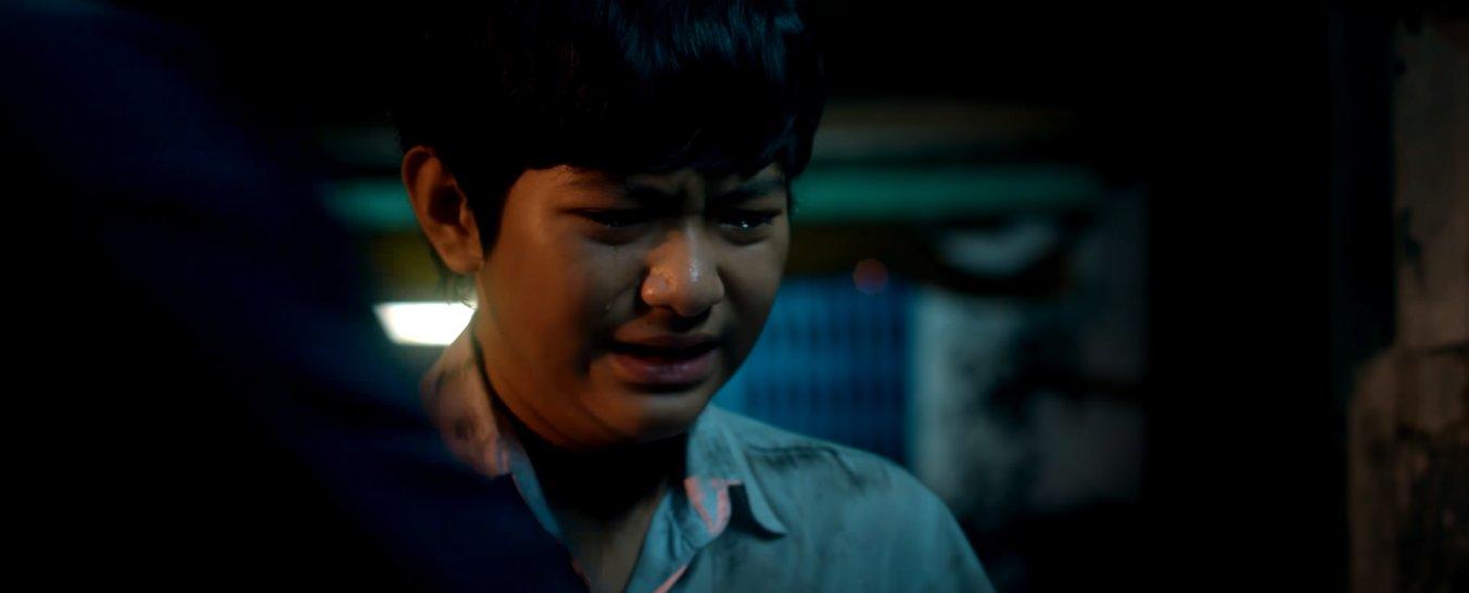 Trước sự cấm cản của cha, Phong vẫn âm thầm cùng cậu bạn nối khố tên