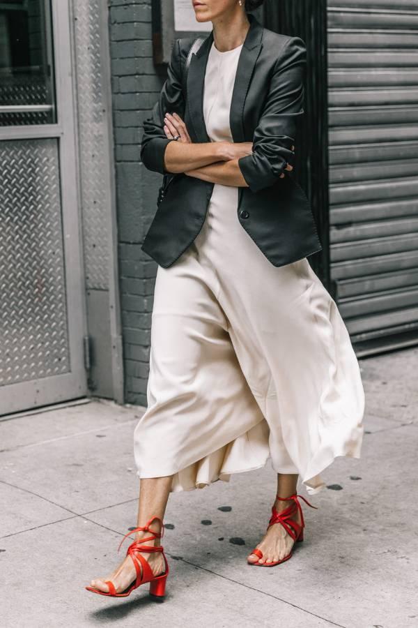 Một đôi sandal đế gót hoàn hảo với gam màu trung tính giúp bạn gái nổi bật và thu hút.