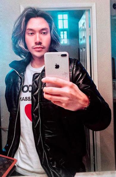 """Giống như nhiều mỹ nam V-biz, Lý Quí Khánh cũng thử nghiệm nhiều style và mái tóc """"bổ luống"""" bồng bềnh gắn liền với hình ảnh của anh trong suốt thời gian dài."""