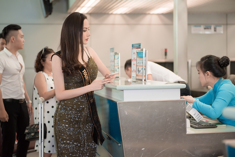 Diệu Linh đẹp rạng rỡ, được mẹ 'hộ tống' ra sân bay lên đường dự thi Nữ hoàng Du lịch Quốc tế 2018