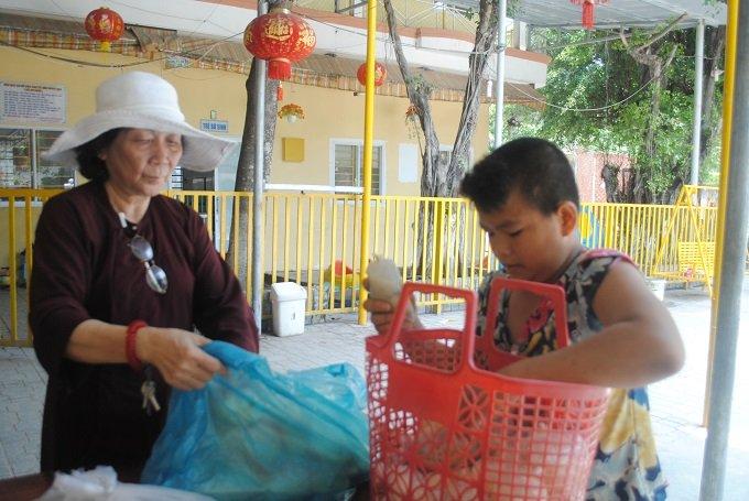 Bà Quý chuẩn bị đồ ăn chiều cho các bé.