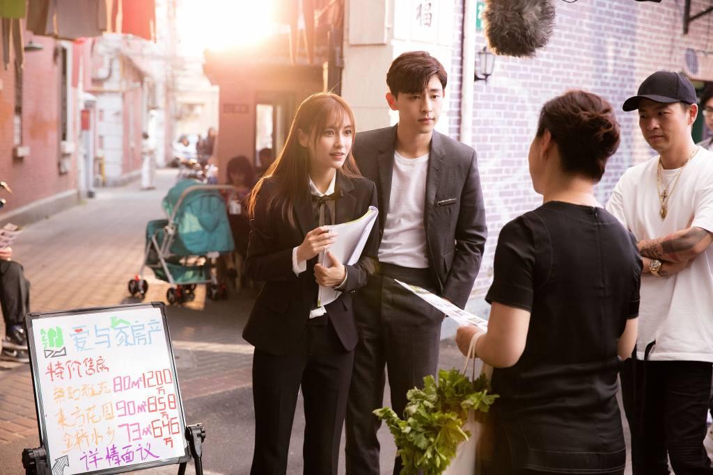 Angelababy và Đặng Luân chăm chú nghe lời chỉ dạy của đoàn làm phim về nhân vật thủ vai