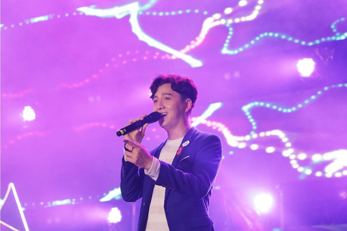 """Ca sĩ Ngô Kiến Huy """"bỏ MC"""", độc diễn ca khúc Mình yêu từ bao giờ."""