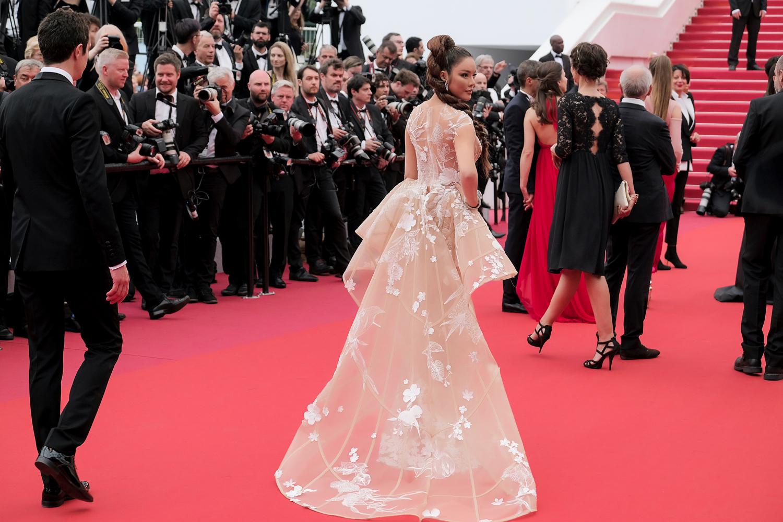 """Lý Nhã Kỳ diện một bộ váy vô cùng độc đáo của NTK Hoàng Hải. Thiết kế này dựa trên ý tưởng """"khu rừng huyền bí"""", còn stylist Minh Lộc thì hoá phép để Lý Nhã Kỳ trở thành """"nàng báo đen mạnh mẽ"""" để tạo ấn tượng cho sự xuất hiện lần này."""