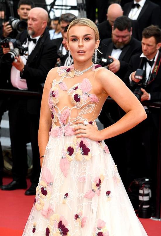 Trang phục xuyên thấu chỉ vừa đủ che vòng một của nữ ca sĩ nước Anh bằng họa tiết hoa nổi.