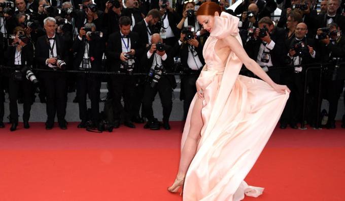 Ngôi sao người Đức Barbara Meier và giây phút lúng túng khi vừa cố che thân vừa kéo váy ra hết cỡ để tạo dáng. Meier là một trong những nữ nghệ sĩ gây tranh cãi vì váy áo gợi cảm và lạm dụng chiêu trò trên thảm đỏ LHP Cannes tối 8/5.