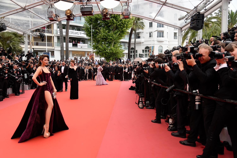 Bộ váy xẻ tà táo bạo đầy gợi cảm thiêu đốt mọi góc nhìn.