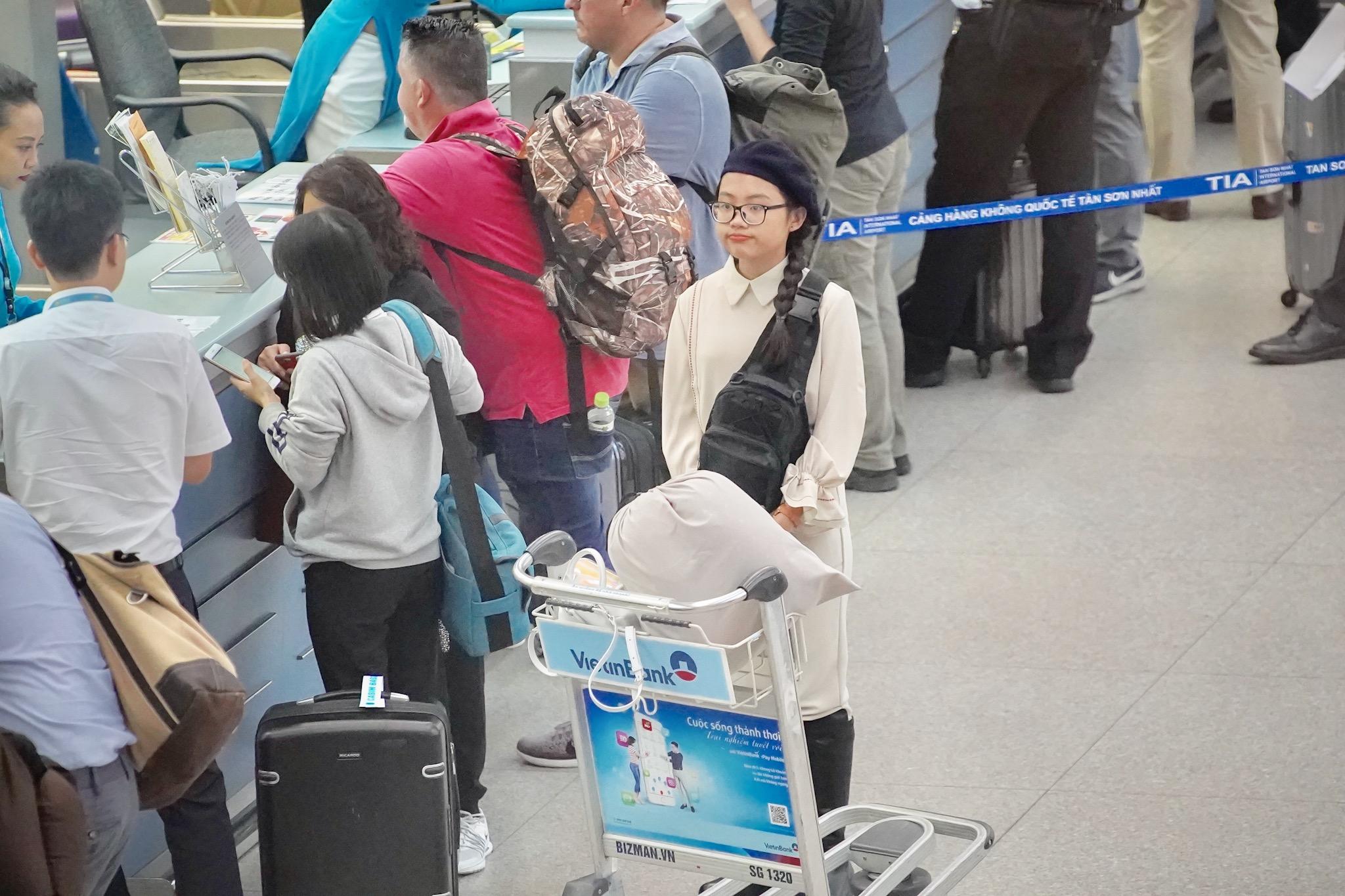 """""""Chị Bảy"""" bày tỏ sự tiếc nuối vì không có nhiều thời gian lưu lại Mỹ để nghỉ ngơi, du lịch, xem show ca nhạc hay gặp gỡ, học hỏi kinh nghiệm từ những thần tượng lớn. Bởi cô bé phải quay về Việt Nam để kịp tham dự và biểu diễn trong buổi lễ tốt nghiệp cấp hai."""