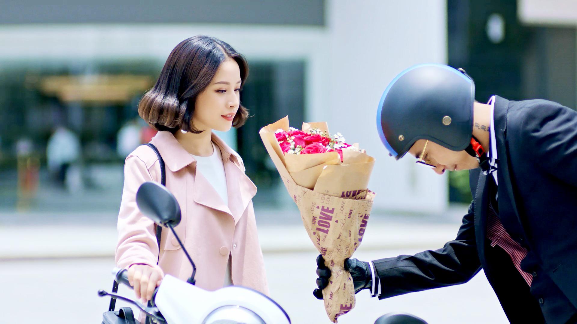 Ga lăng đến đón và tặng hoa cho người đẹp.