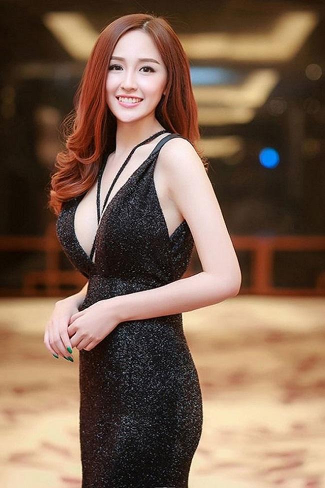 Váy áo trễ nải hay xẻ sâu là lựa chọn thường thấy của Mai Phương Thúy.
