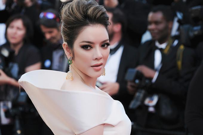 Ngày thứ 7 tại Cannes, Lý Nhã Kỳ sử dụng tone trang điểm trắng sáng với toàn bộ gam màu thanh nhẹ nhưng lấy điểm nhấn vào đôi mắt. Mái tóc đánh bồng, búi cao lộ khuôn mặt sáng. Tổng thể màu tóc, hoa tai xuyệt tone với các điểm nhấn là những bức tranh thêu trên chiếc đầm của Lê Thanh Hòa.