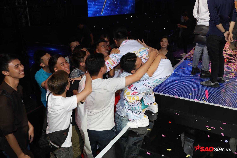 Việt Hưng được fan ôm chầm lấy, không giấu nỗi tự hào.