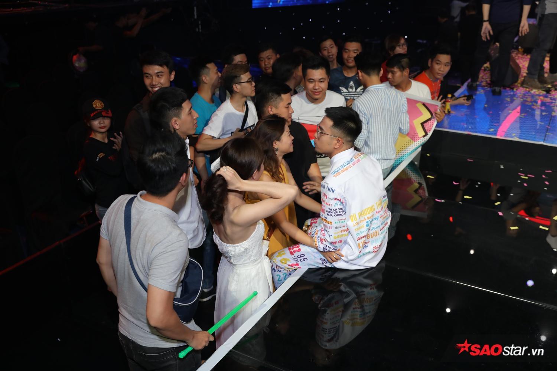 Quán quân Sing My Song  Lộn Xộn Band hạnh phúc trong vòng vây của fan