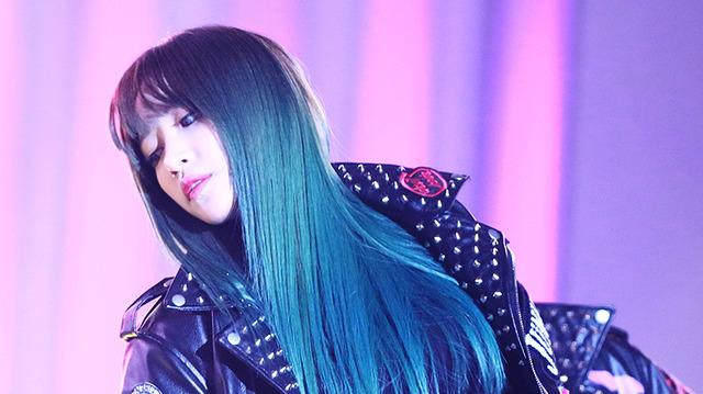 """Tới tóc xanh cá tính…không màu tóc nào có thể """"dìm"""" được nhan sắc của cô nàng."""