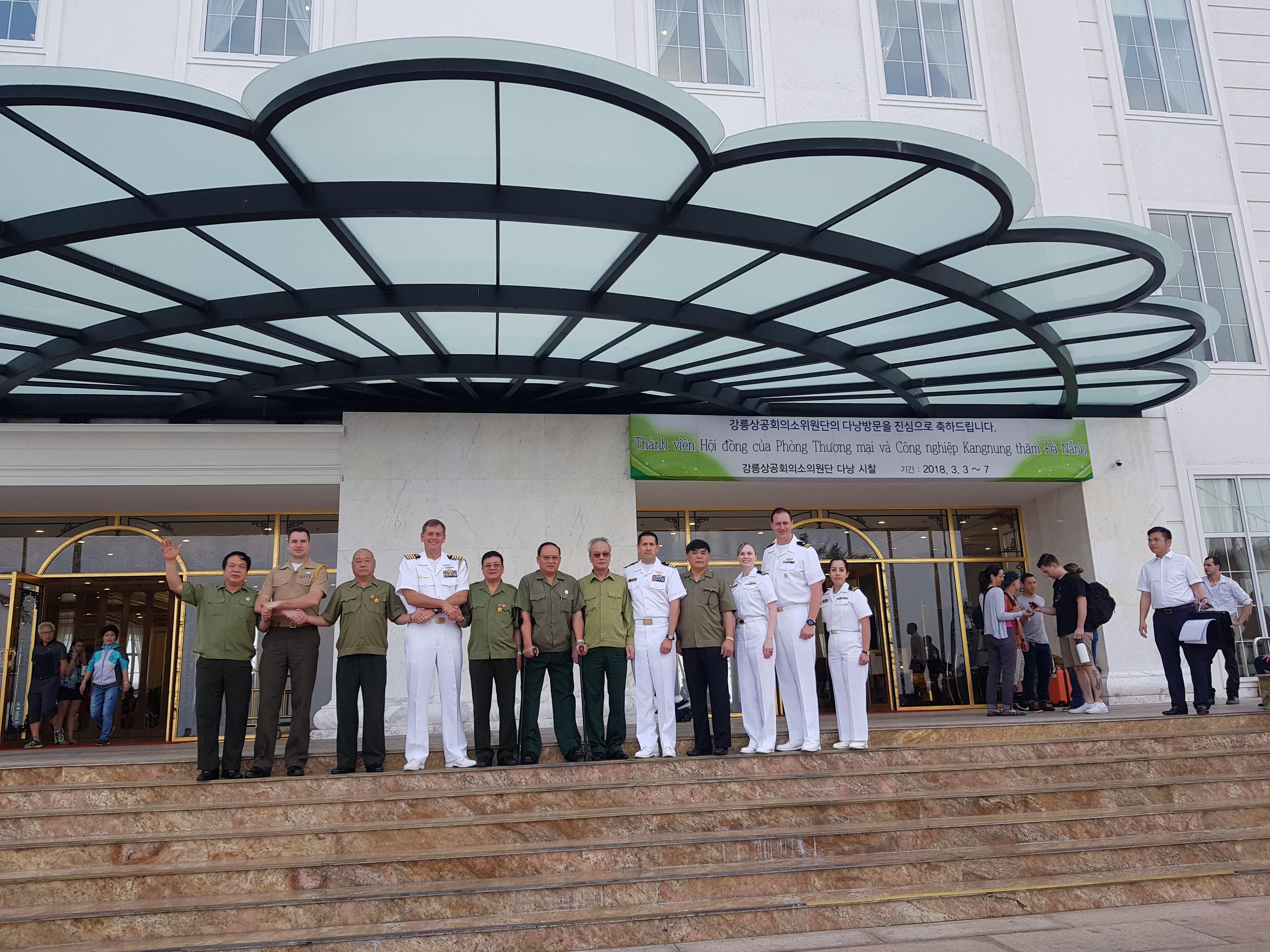 Phái đoàn siêu tàu bay USS Carl Vinson của hải quân Hoa Kỳ chụp ảnh lưu niệm cùng Ban Giám đốc Công ty TNHH Hòa Bình.