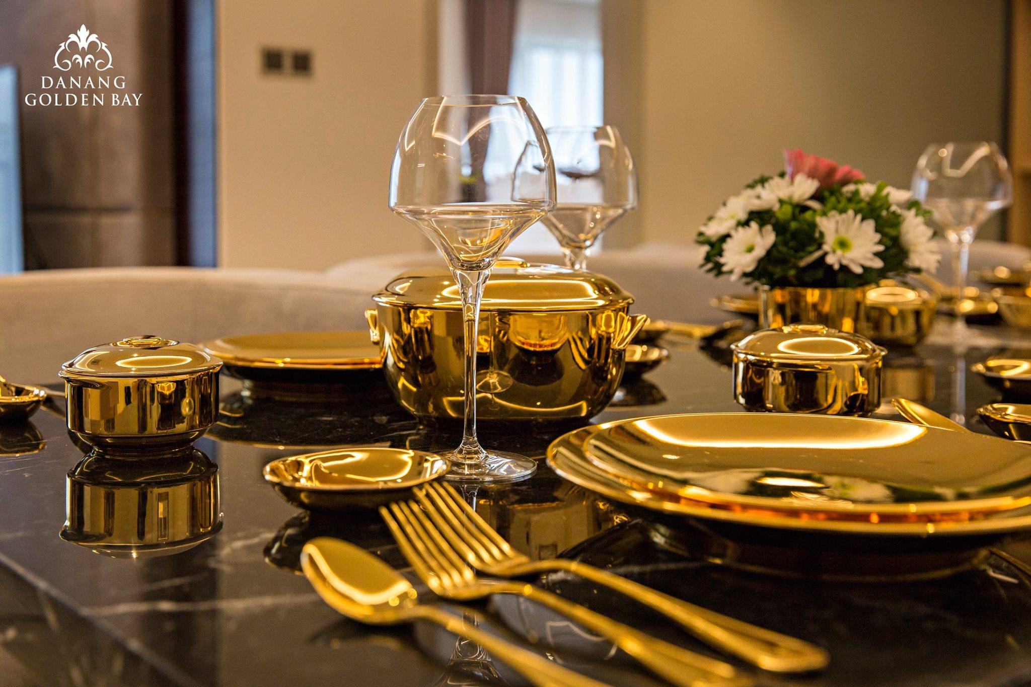 Bộ dụng cụ đồ ăn dát vàng tại khách sạn Dannang Golden Bay.