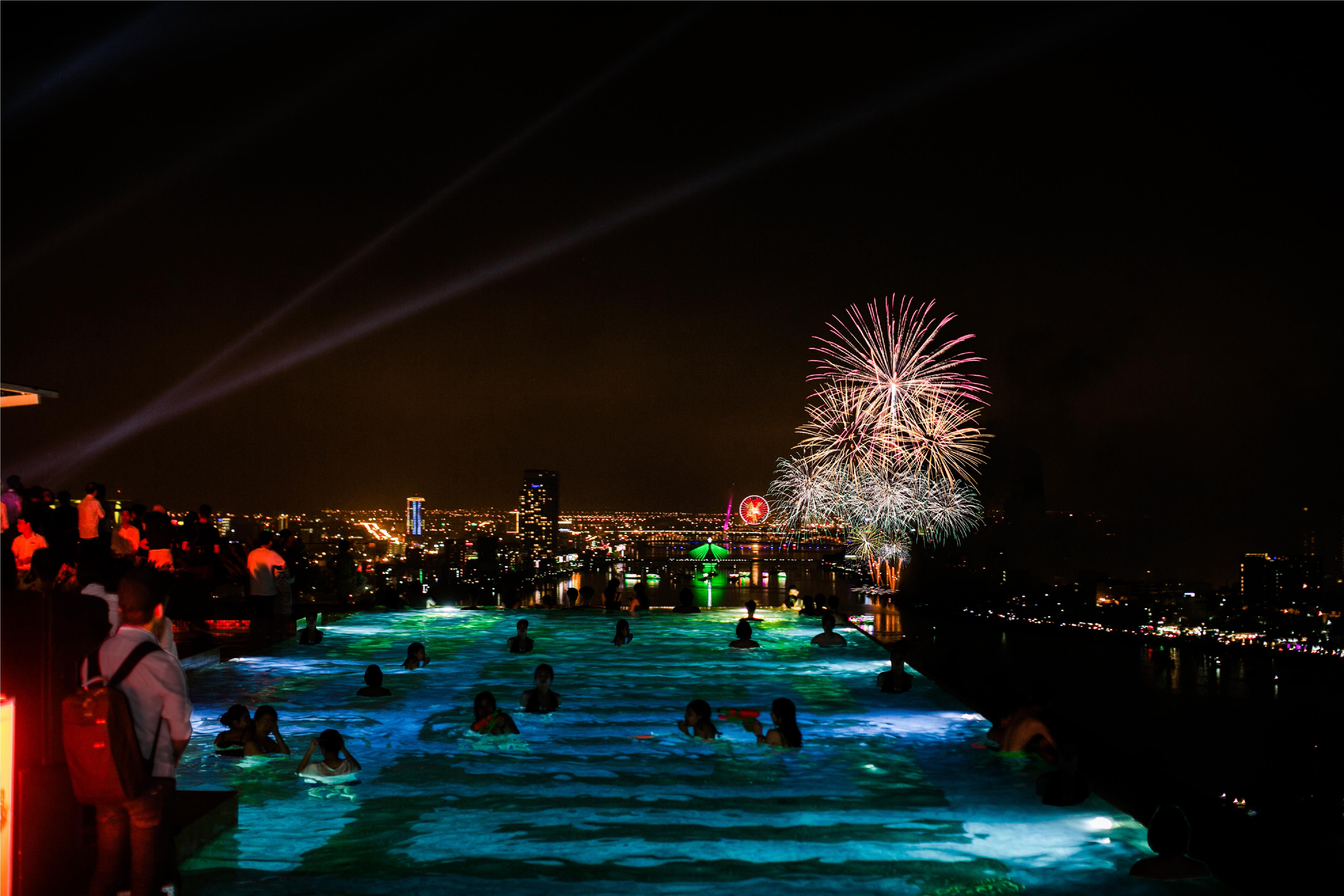 Chiêm ngưỡng pháo hoa đêm 30/4 trên bể bơi vô cực dát vàng.