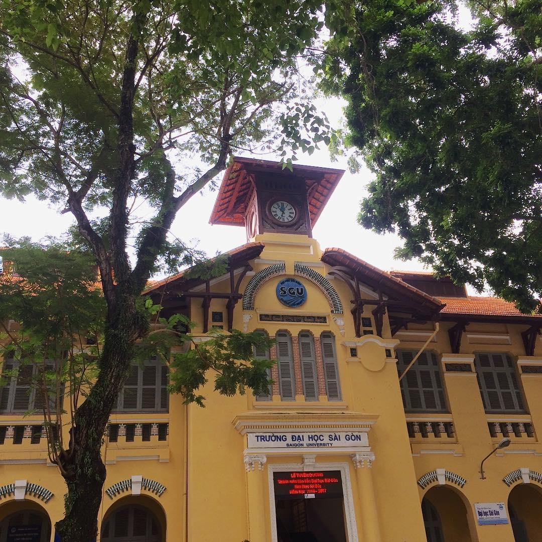 Tháp đồng hồ cổ là nét kiến trúc tiêu biểu của ngôi trường với sự pha trộn kiến trúc phương Tây và Trung Hoa. Dù đã trăm tuổi nhưng chiếc đồng hồ vẫn chạy đúng giờ và đẹp bất chấp thời gian.