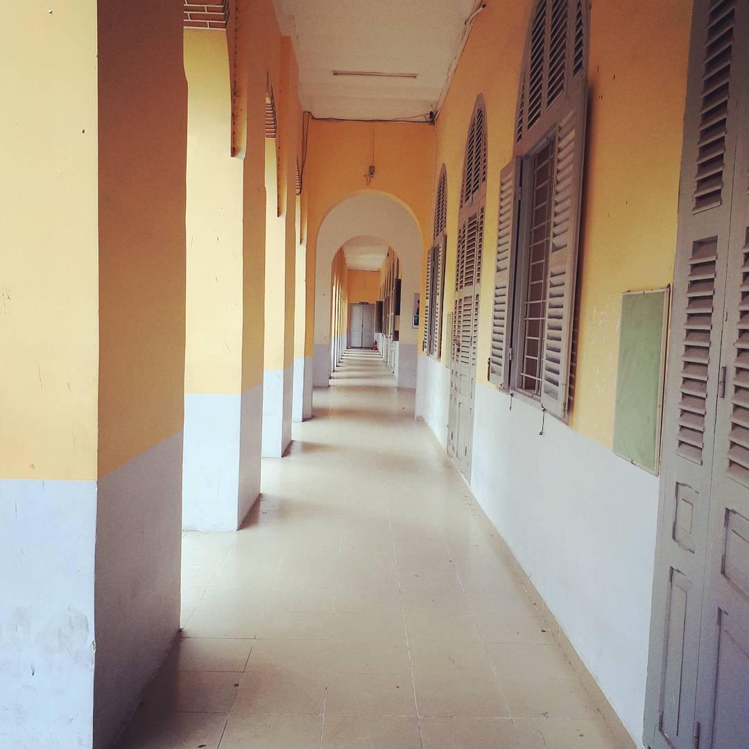 Con đường hành lang sâu hun hút, đẹp miên man với những mái vòm cong cổ kính.