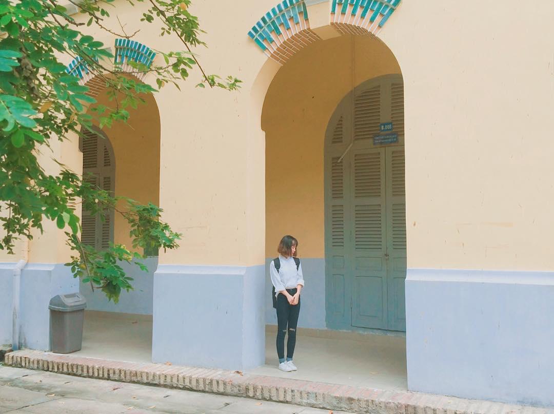 Bên cạnh tháp đồng hồ, thì dãy hành lang với mái vòm cong cổ kính cũng rất được lòng các bạn sinh viên.