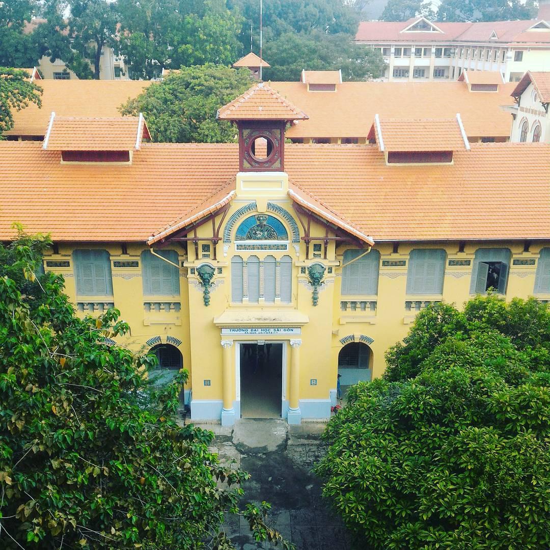 Ngôi trường nhìn từ trên cao như một tòa lâu đài yên ả không bị sự ồn ào, xô bồ của thành phố làm mất đi cái chất thơ vốn có.