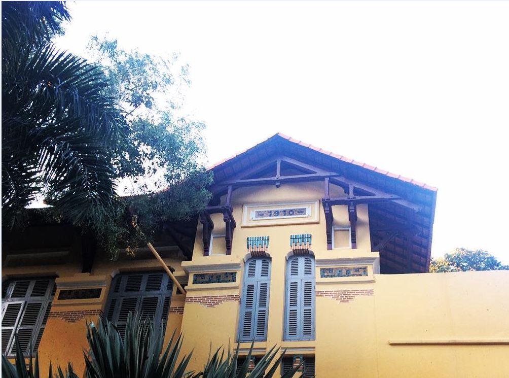 Một dãy nhà hành chính được chụp từ bên hông có gắn năm thành lập của trường.