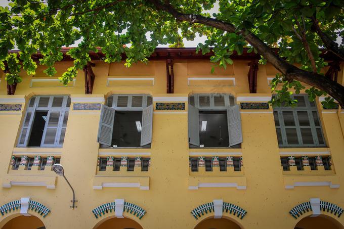 Những ô cửa sổ dạng mái vòm, được chấm phá tô điểm bằng men sứ xanh, tạo nét mềm mại, thơ mộng trong các phòng học.