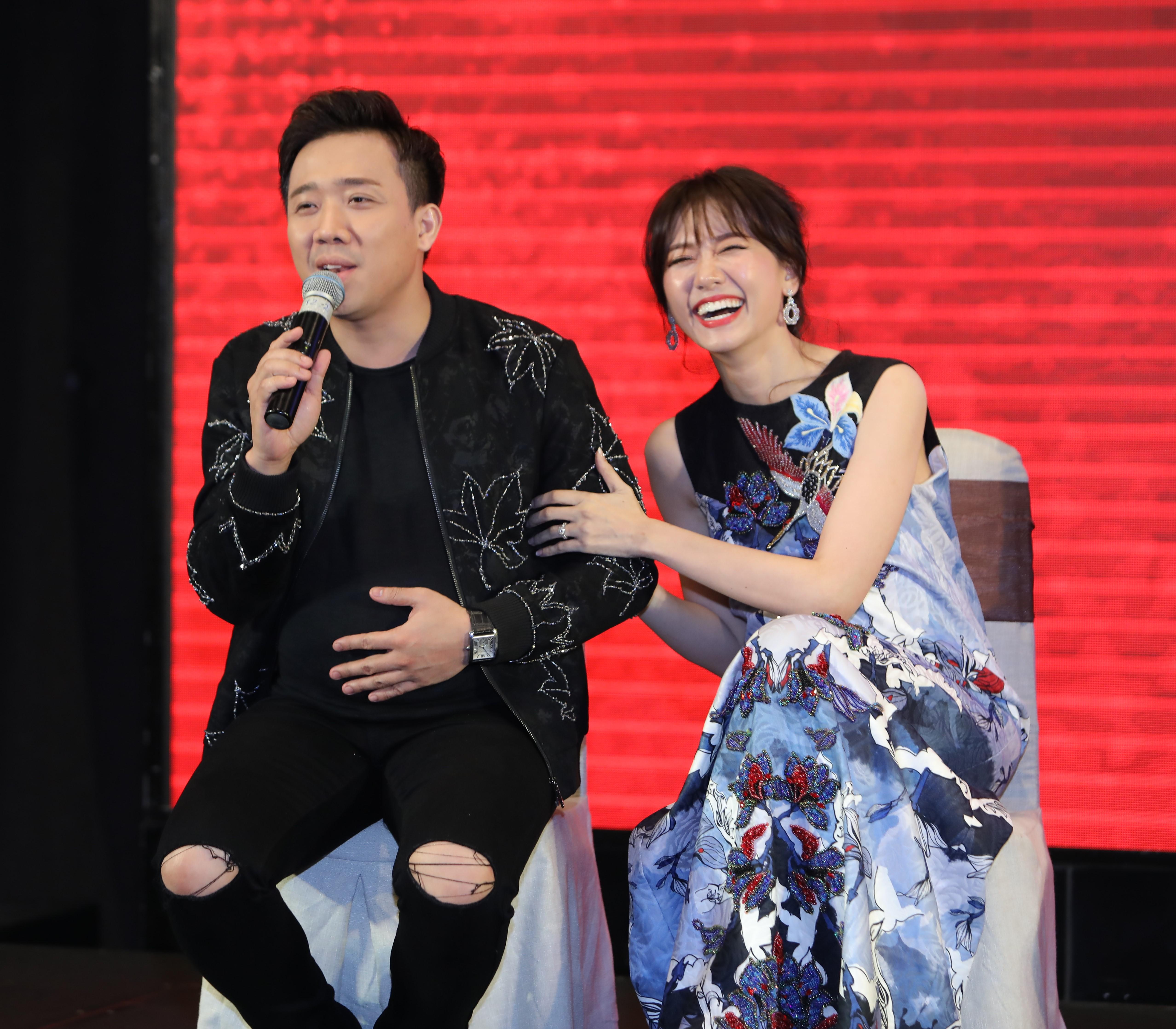Trong khi đó vợ chồng Trấn Thành - Hari Won chọn trang phục khá màu mè với họa tiết hoa lá nổi bật.
