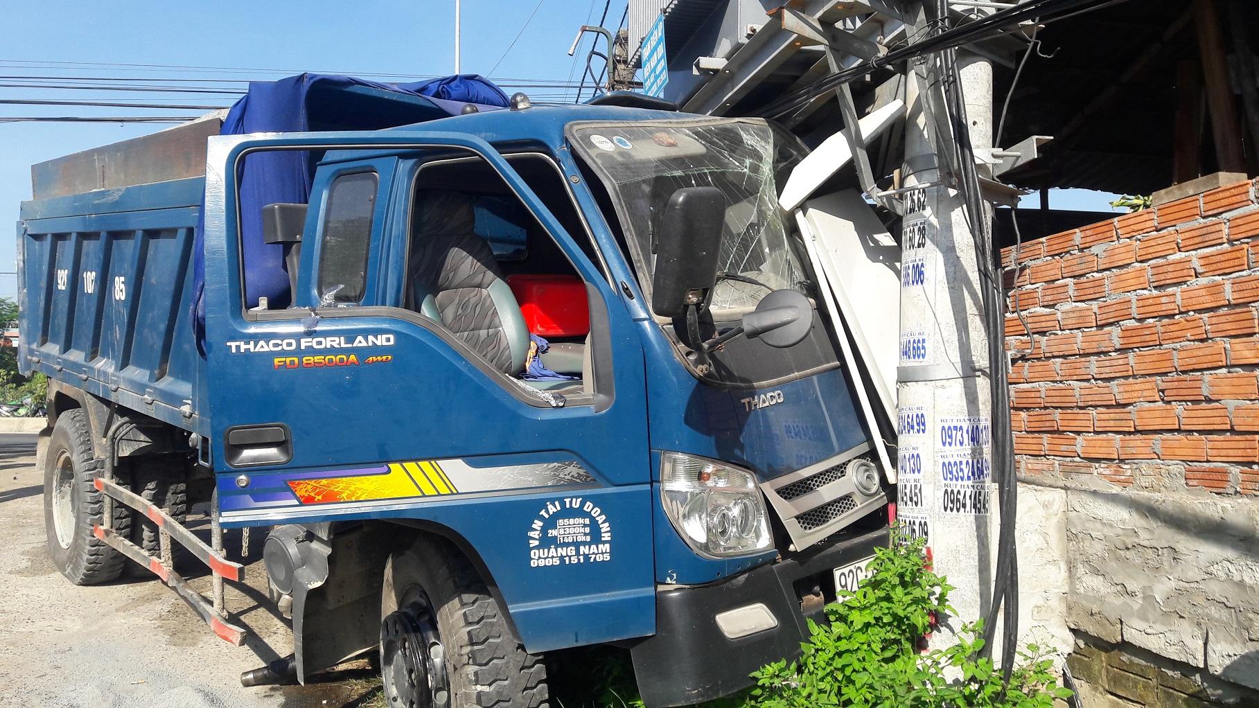 Xe tải tông vào cột điện gây mất điện toàn khu vực.