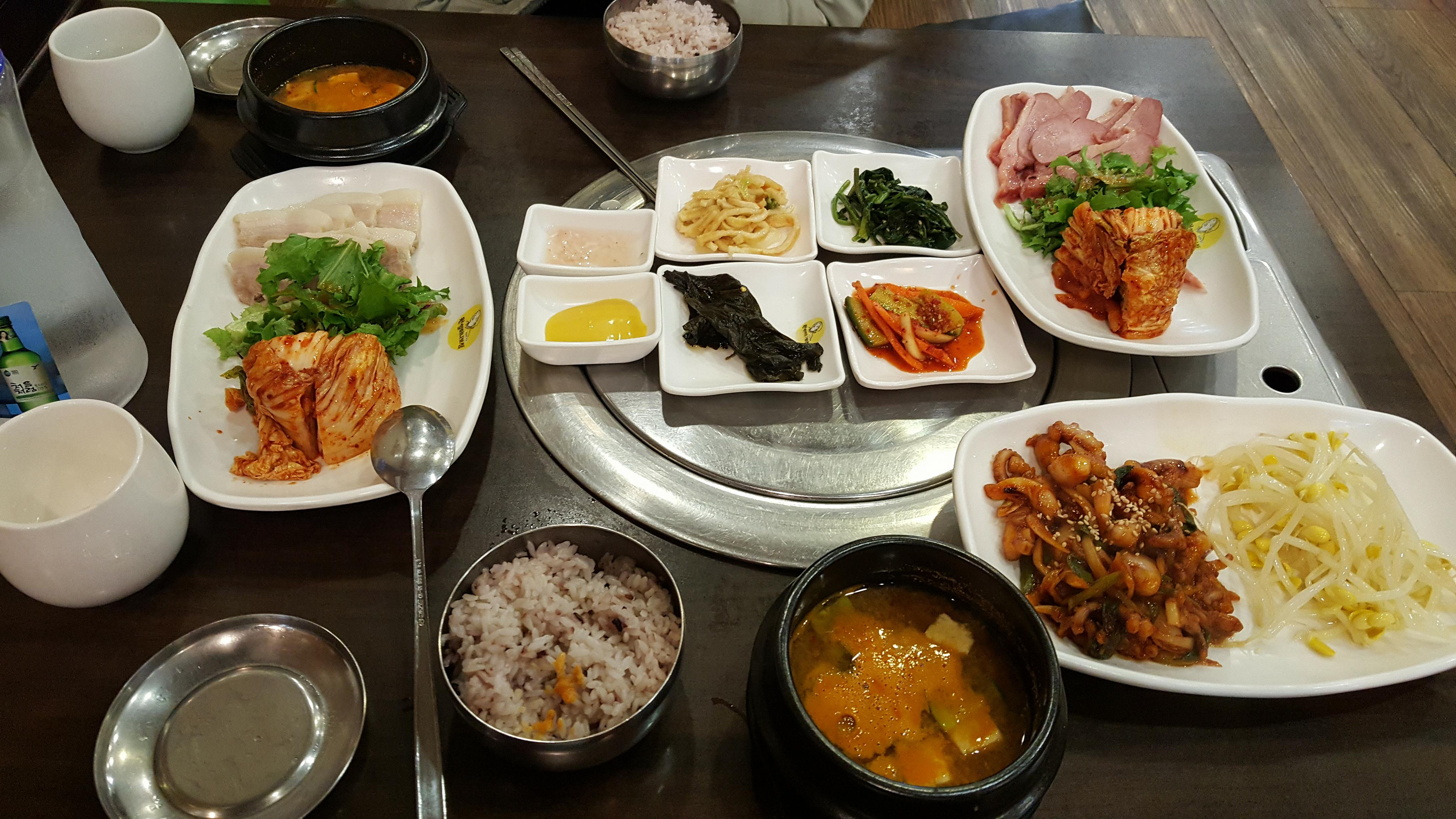Bosam thịt vịt và bạch tuộc xào cay có giá 24.000 won.