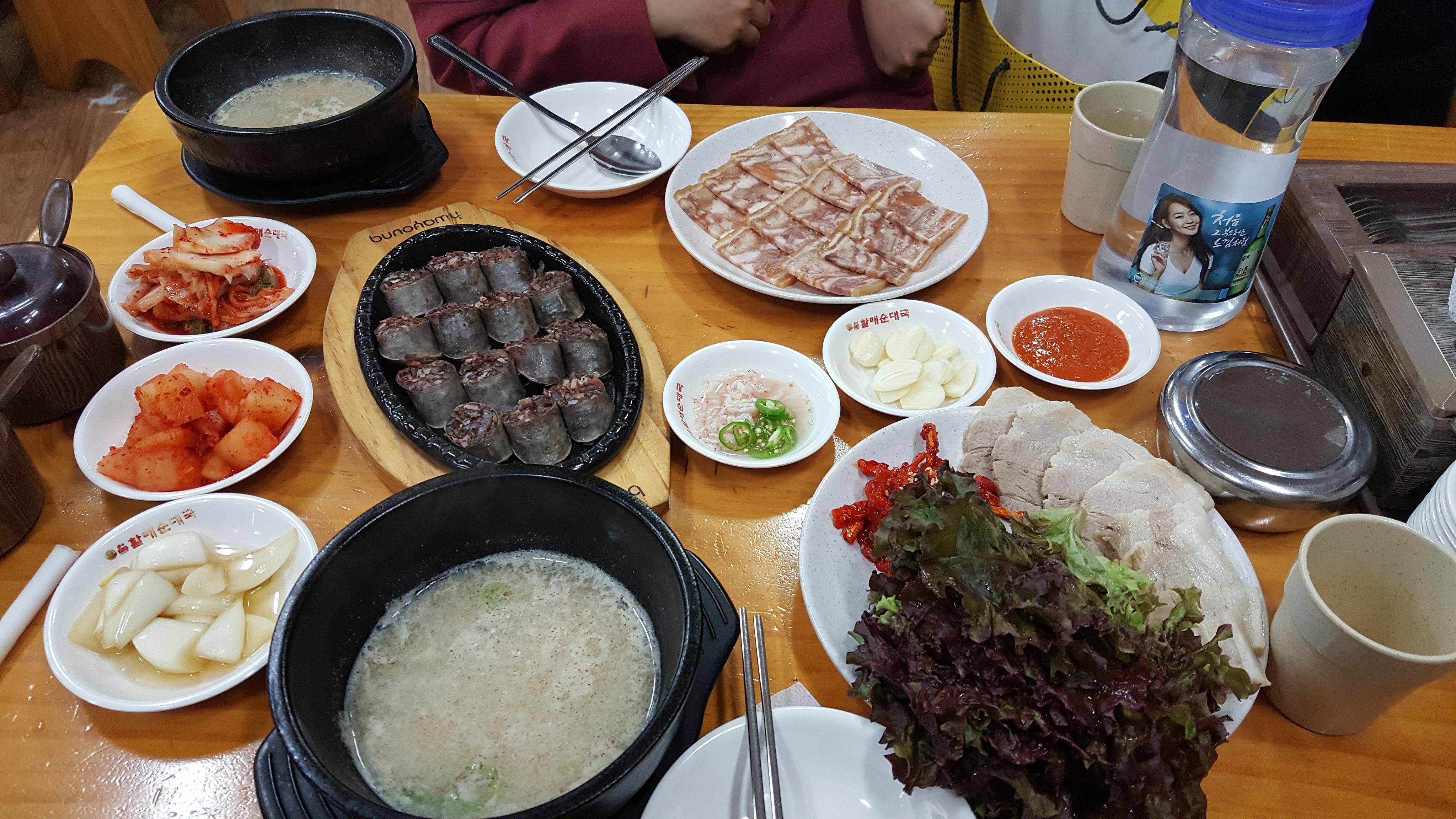 Combo sundae và bosam có giá 20.000 won ở Intaewon