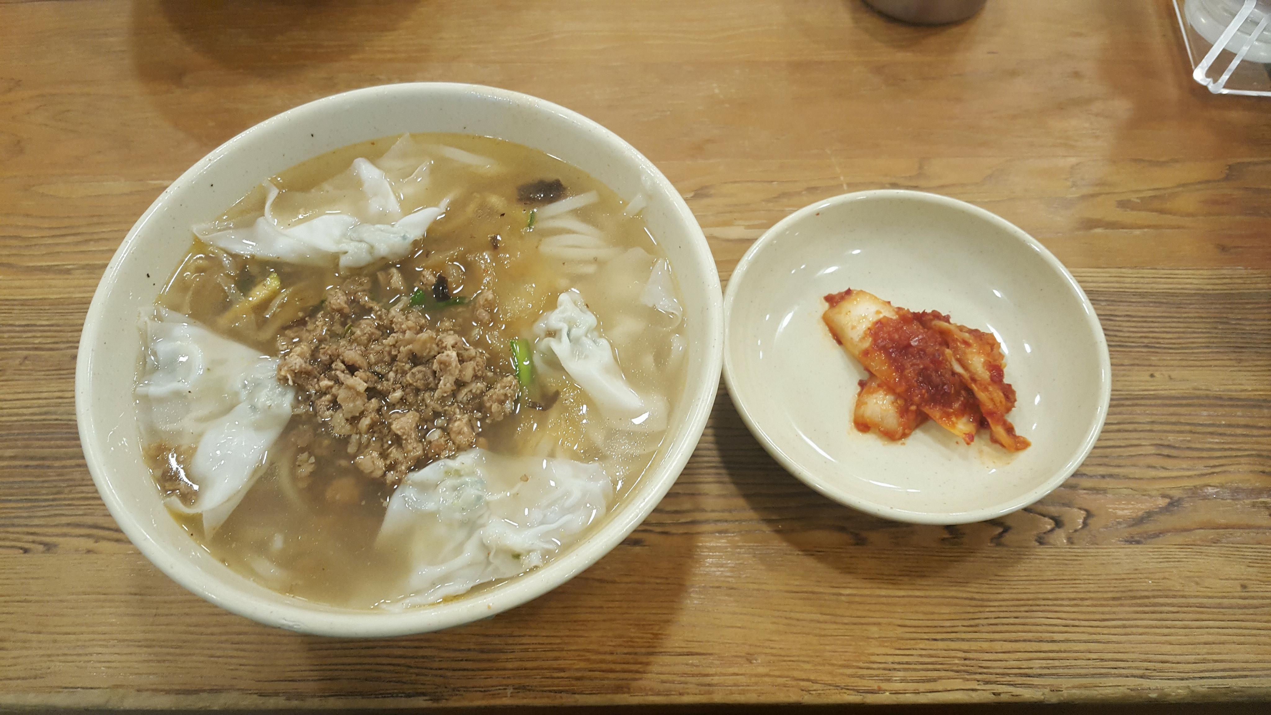 Mỳ cắt nổi tiếng Myeongdong với giá 8000 won/bát